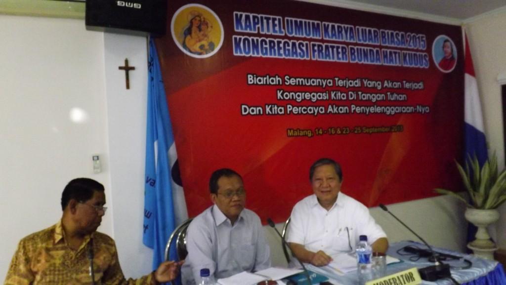 Frater Simon en Frater Venantius met de Gespreksleider Romo Hardojono CM.