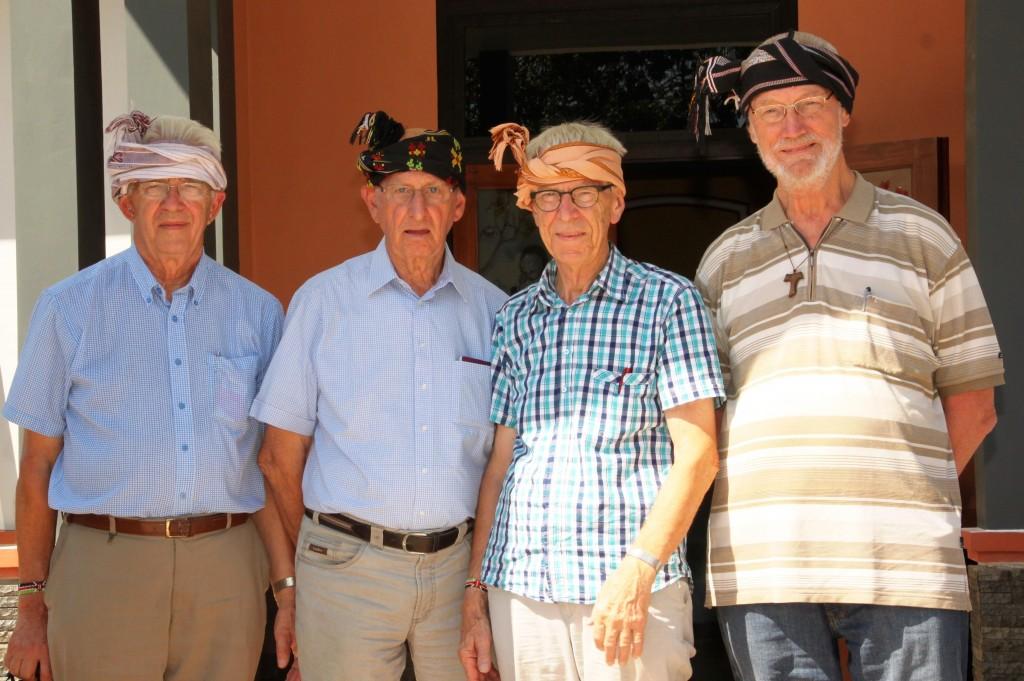 De fraters Daan, Hans en Berno met Broeder Bram op Sumba